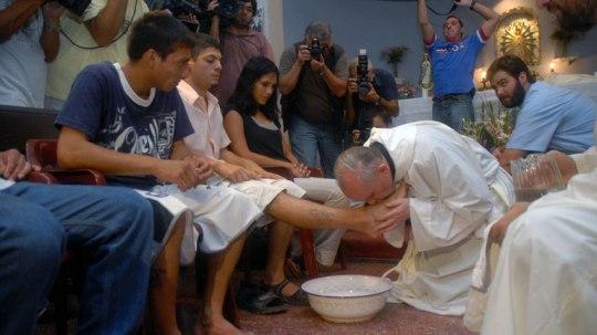 hi-pope-kissing-feet